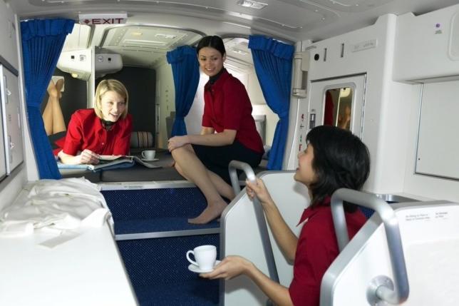 Секретные комнаты в самолетах: где стюардессы отдыхают от требовательных пассажиров