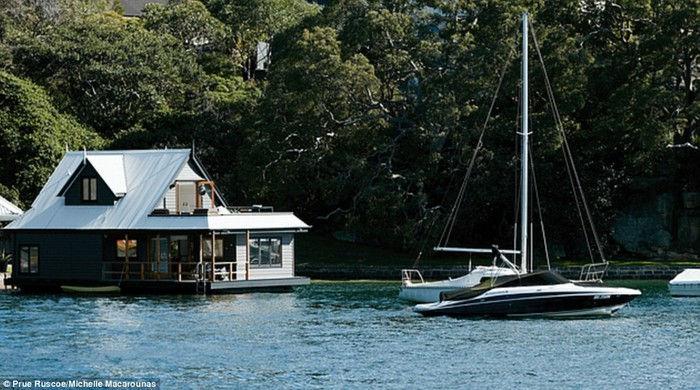 Архитекторы превратили заброшенный плавучий дом в уютное жилье