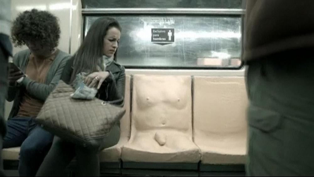 В метро Мехико установили сидения в виде обнаженного мужского тела