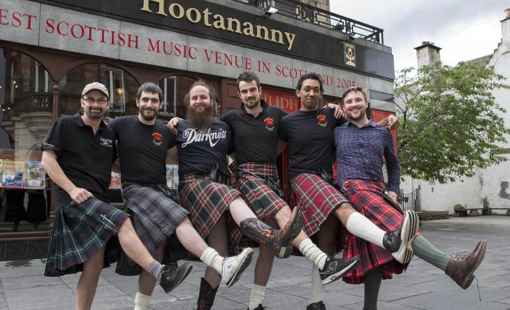 Из-за женских приставаний официанты шотландского паба отказались носить килт