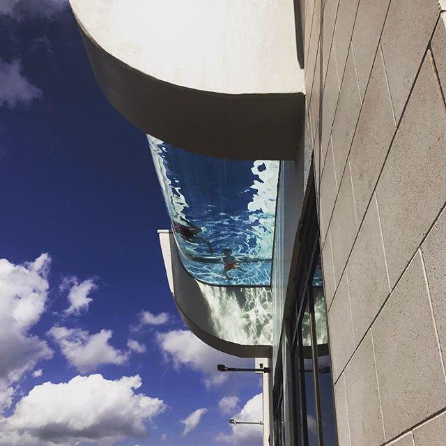 Прозрачный бассейн над городом – для самых острых ощущений