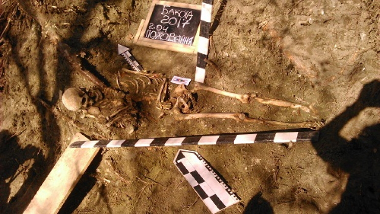 В Хмельницкой области археологи обнаружили древнерусскую могилу женщины с ребенком