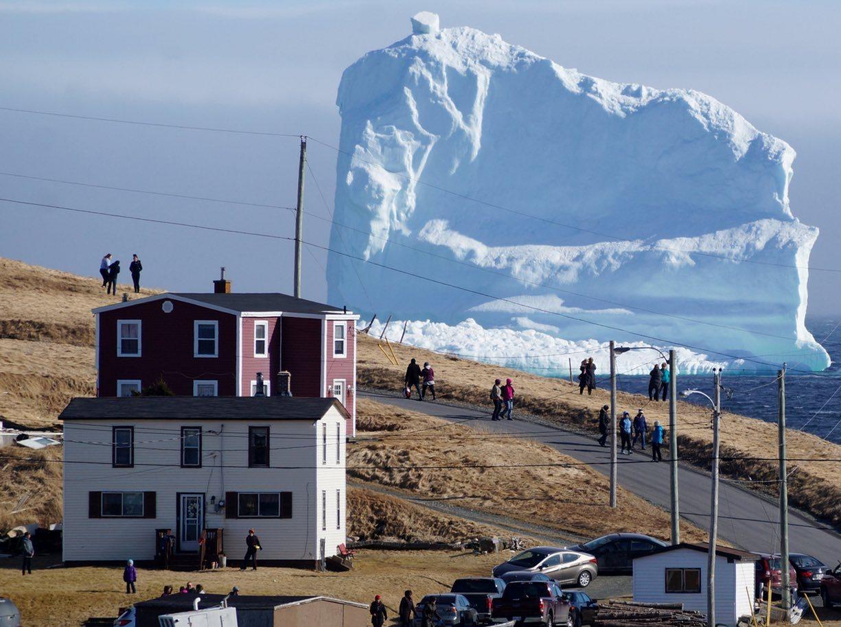 А за окном проплывал айсберг