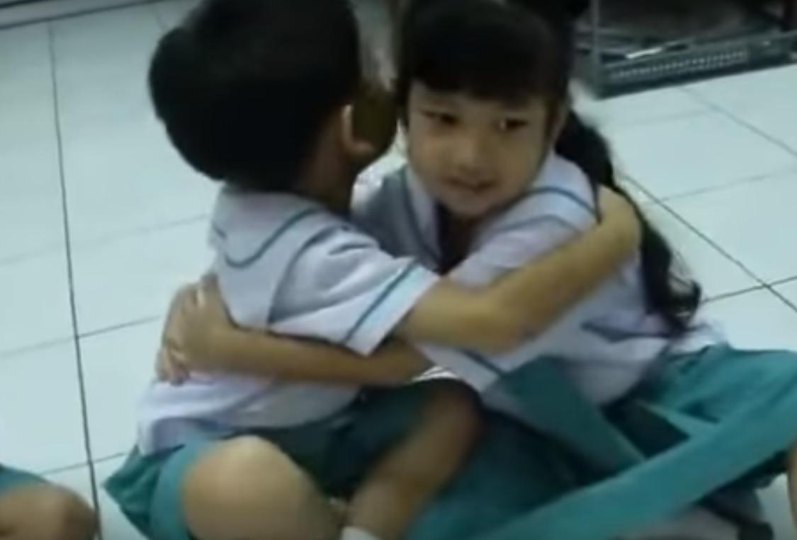 Как в Таиланде детей учат любить друг друга
