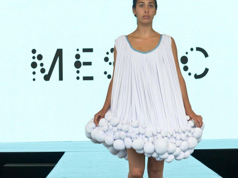 Дизайнерские платья из навоза