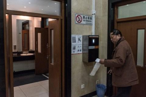 В туалетах Пекина можно получить туалетную бумагу лишь после сканирования лица