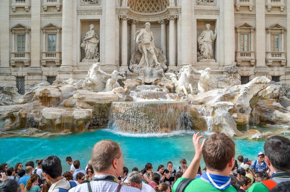 €1,4 млн и вставные челюсти: что туристы бросают в римский фонтан Треви