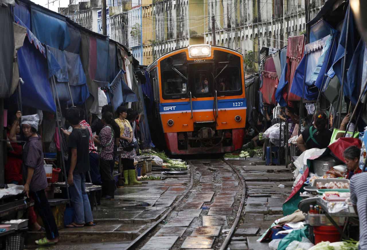Рынок Мэклонг – один из самых экстремальных базаров в мире