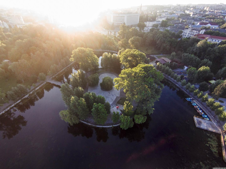 Островок в Тернополе, где в водах пруда влюбленные высматривают свое будущее