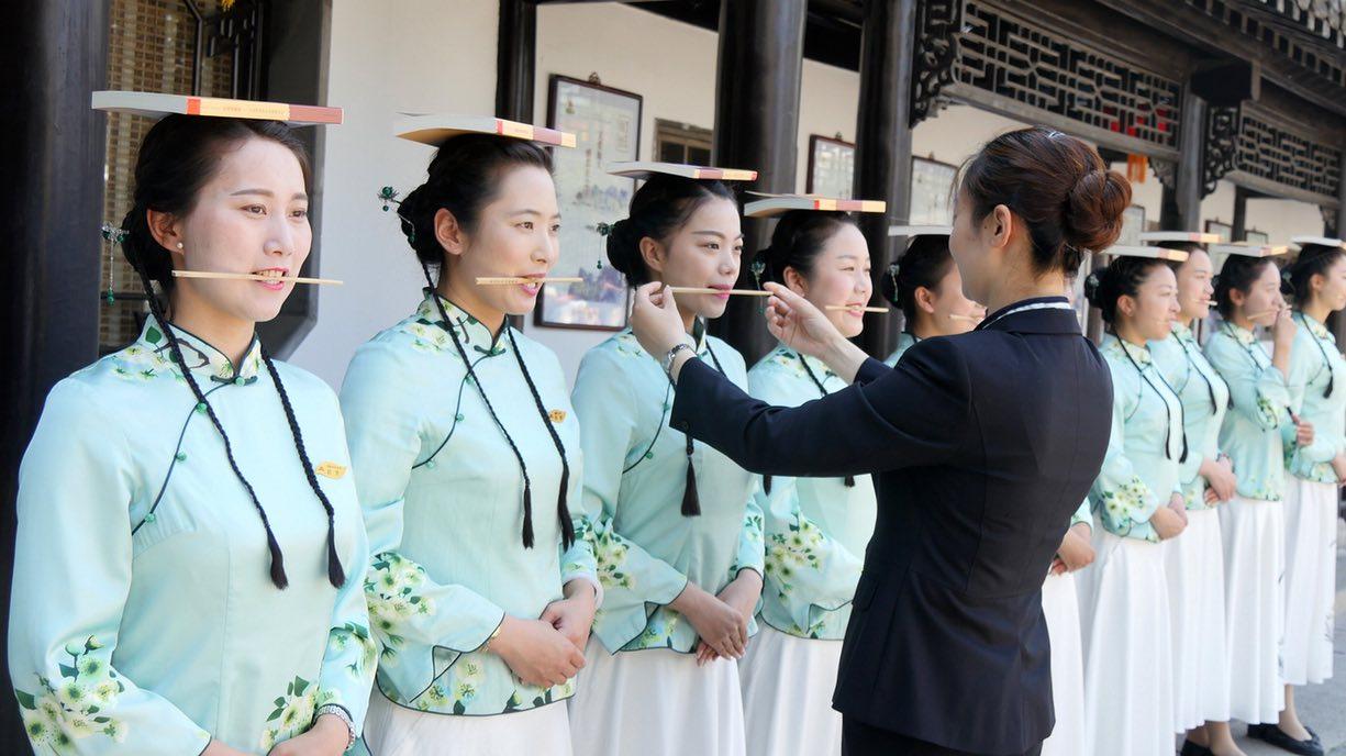 Как экскурсоводов в Китае учат держать осанку