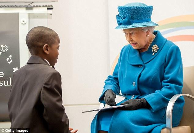 У королевы Британии есть секретный смартфон и аккаунт на Facebook