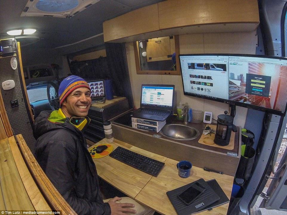 IT-шник обустроил себе офис в фургоне и ездит по миру