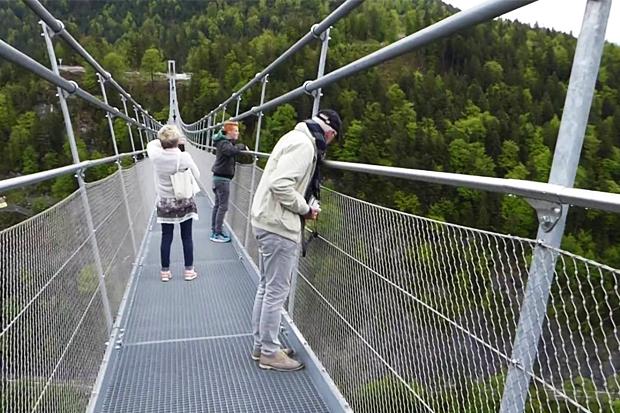 Где можно прогуляться по самому длинному подвесному мосту в мире