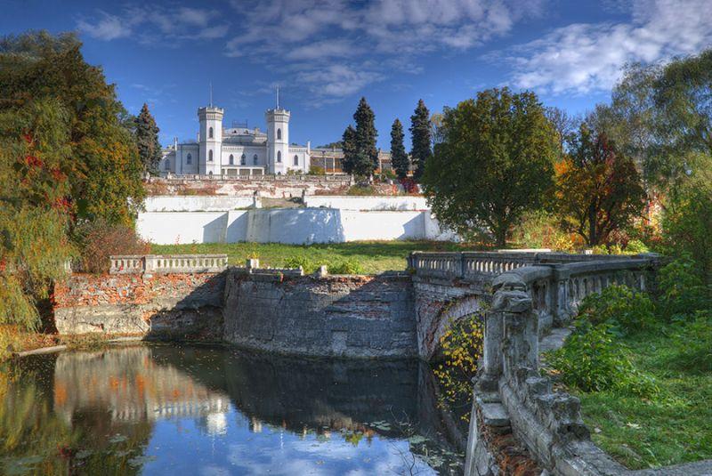 Роскошный старинный дворец-замок в небольшом харьковском поселке
