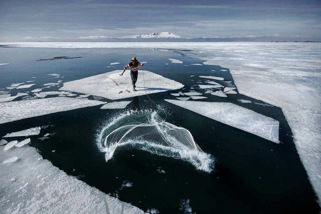Рискованная рыбалка на льду