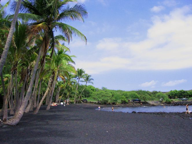 Черный пляж, песок с которого нельзя уносить под страхом проклятья
