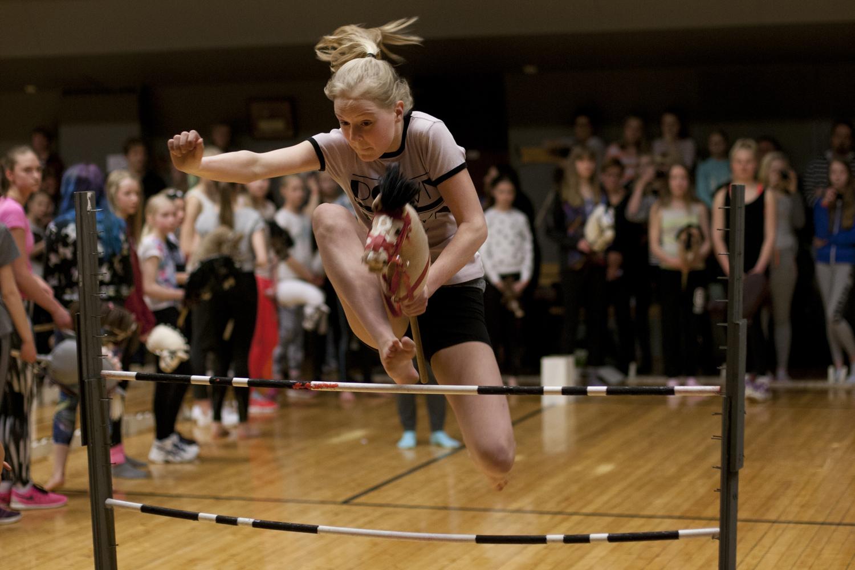 Верхом на игрушечной лошадке: новый вид спорта в Финляндии