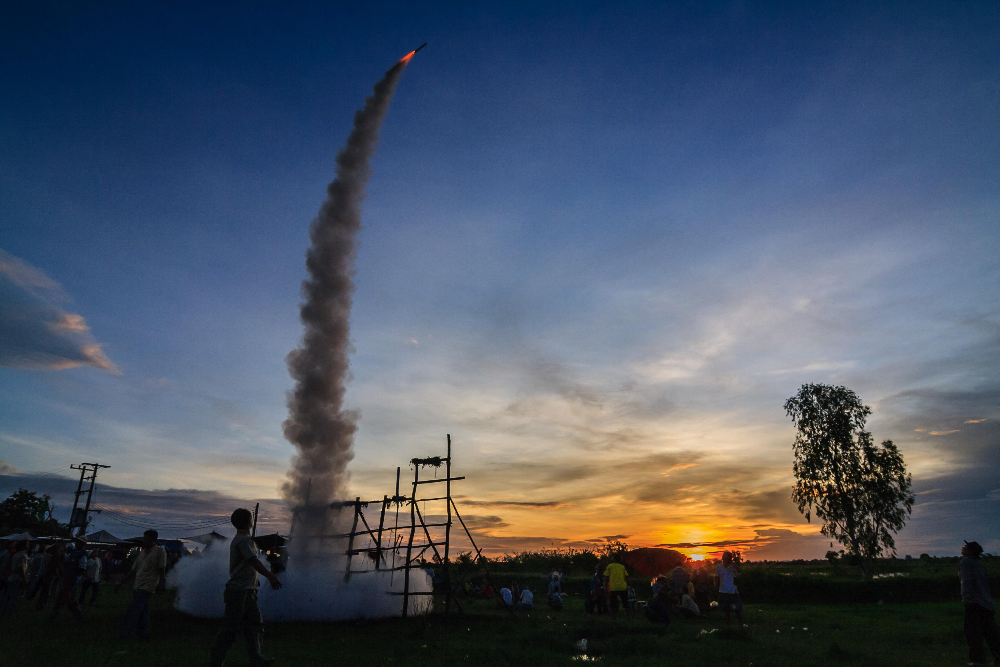 Запуском десятков самодельных ракет тайцы просят небо о дожде