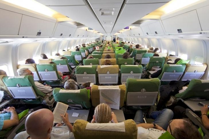 Невесту с подругами высадили из самолета за «неприемлемые» надписи на футболках
