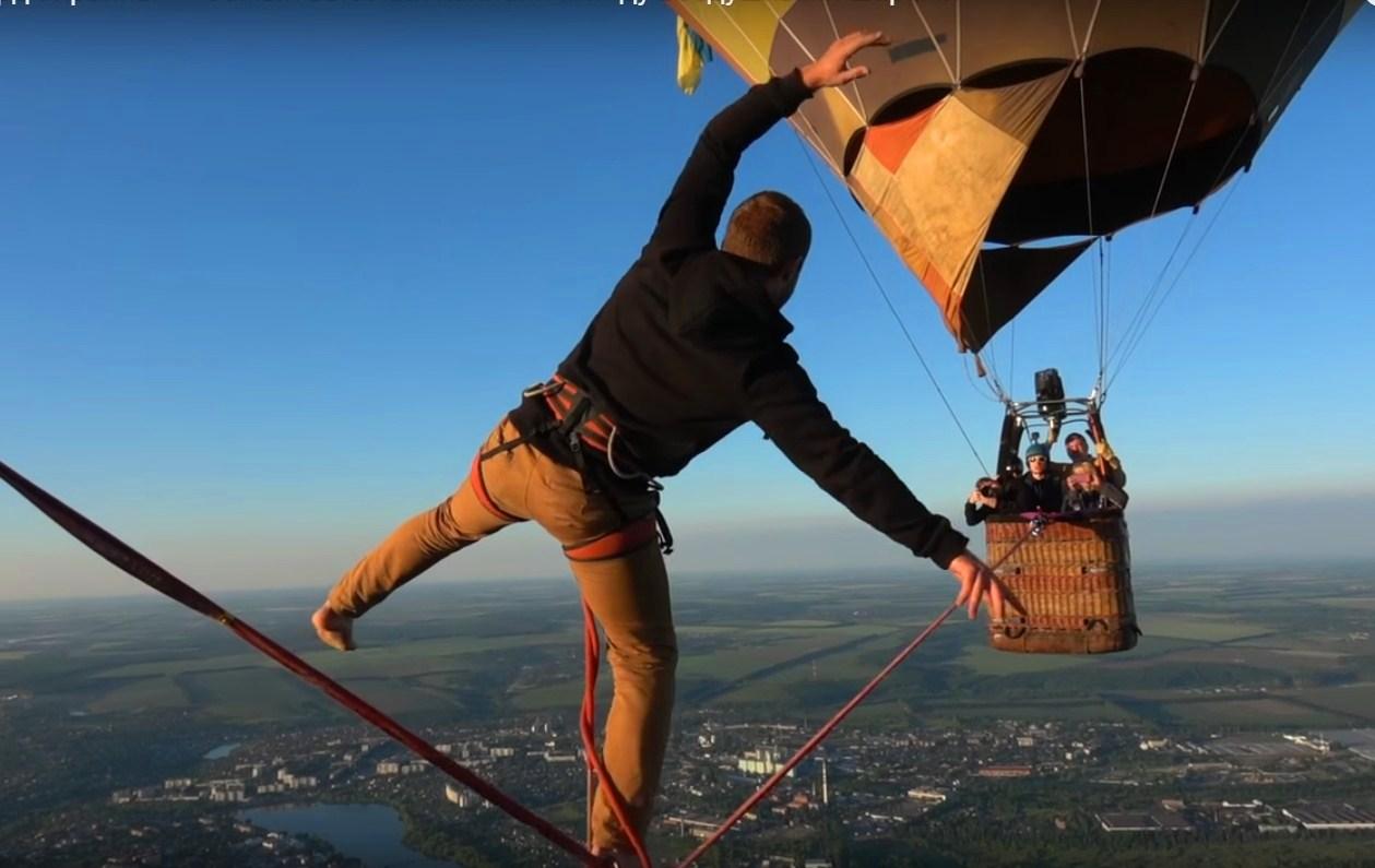 Украинец прошелся по канату между воздушными шарами