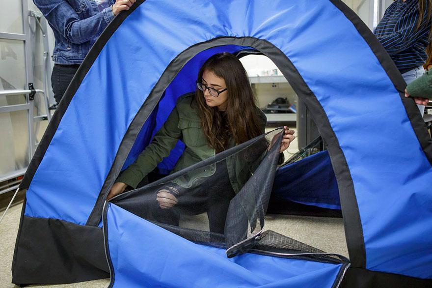 Подростки изобрели палатку для бездомных и получили грант на $10 000