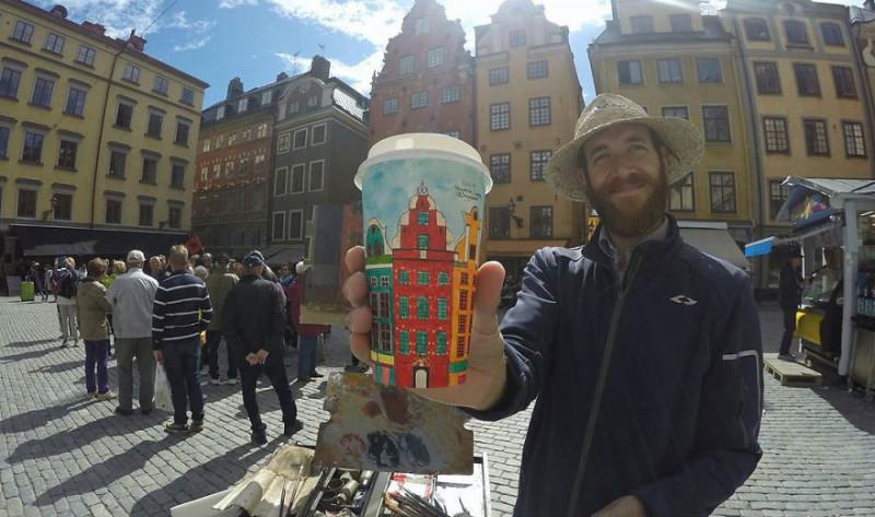 Путешественник зарабатывает, рисуя города на кофейных стаканчиках