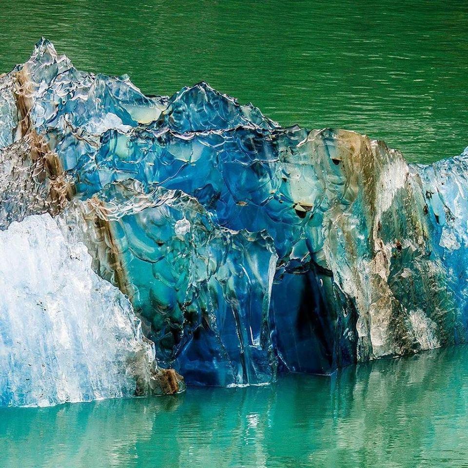 Почему айсберги становятся голубыми