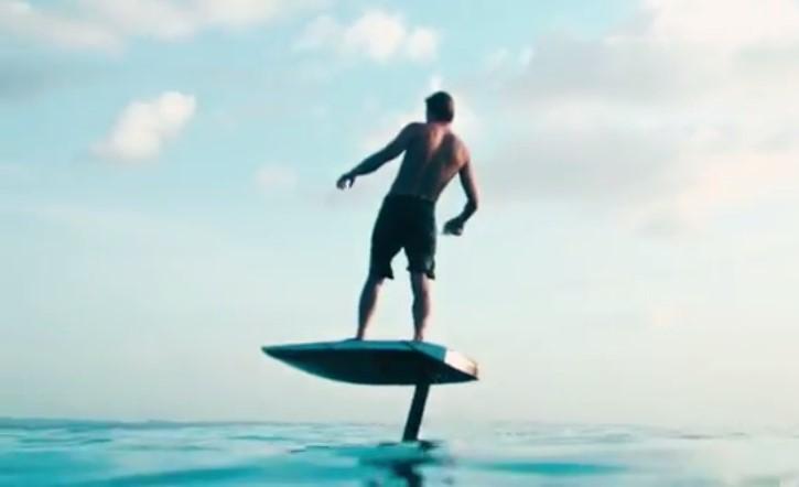 Летающая доска: новое изобретение позволит серферам кататься без волн