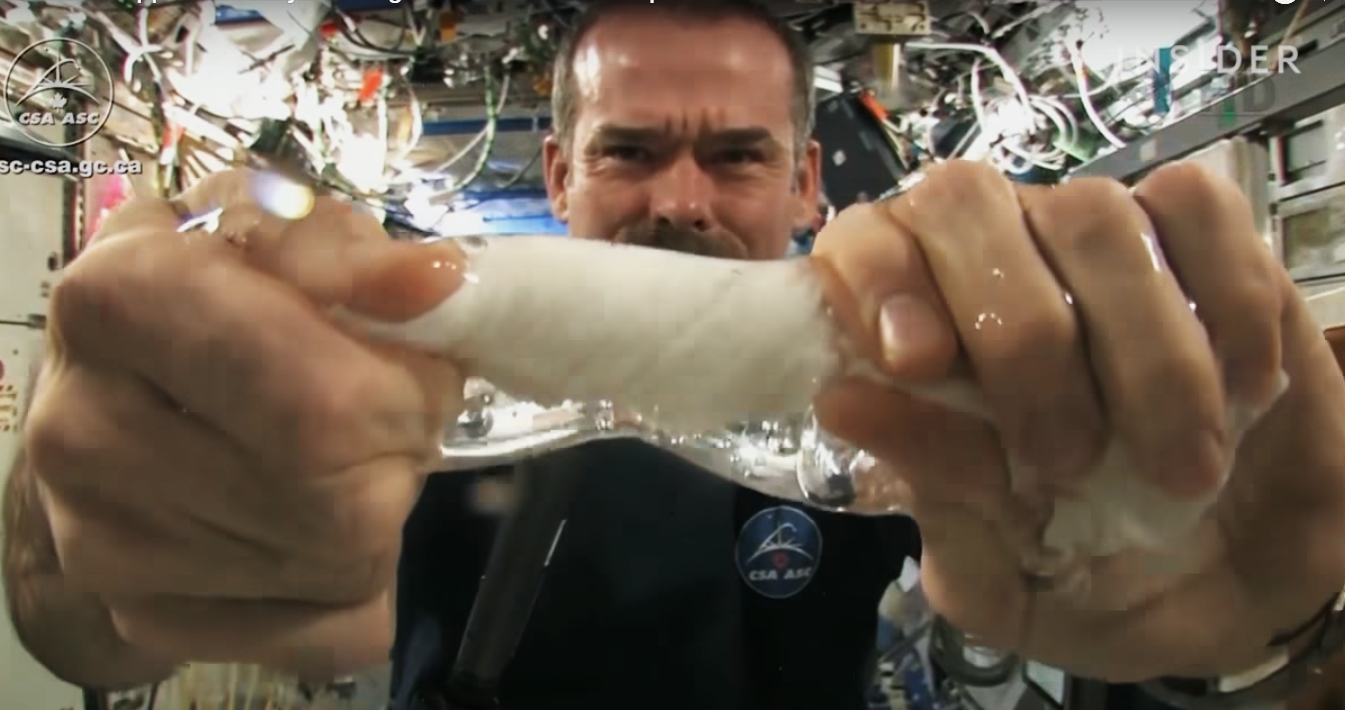 Что будет, если попытаться выжать мокрое полотенце в космосе