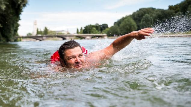 Человек, который каждое утро плавает на работу