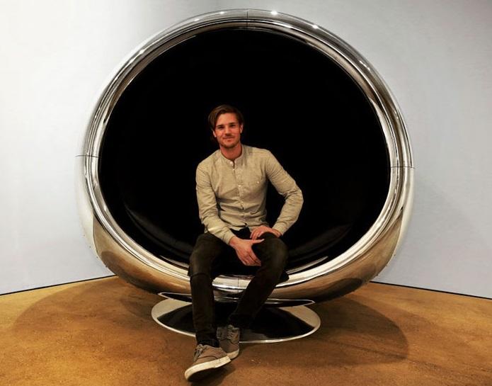 Дизайнеры из Великобритании и США делают мебель из обломков самолета