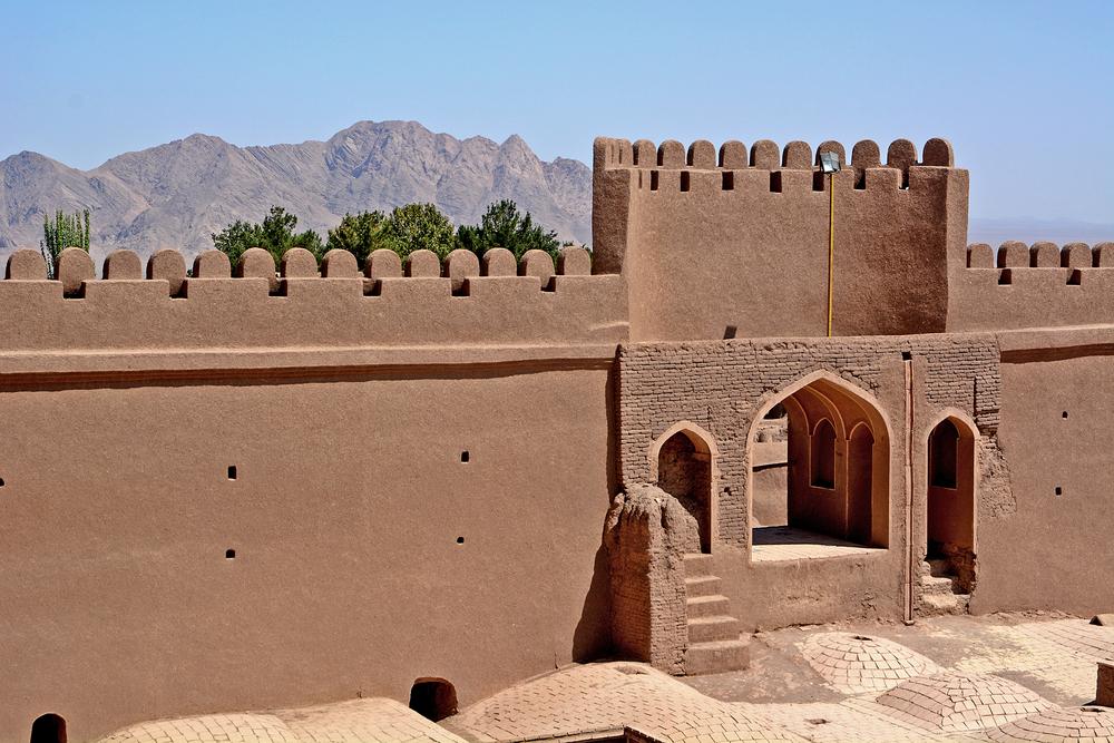 Разрушенный землятрясением древний город снова возник в пустыне