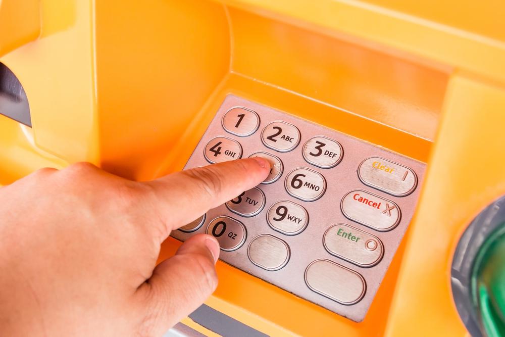 Рабочий, застрявший внутри банкомата, писал просьбы о помощи на чеках