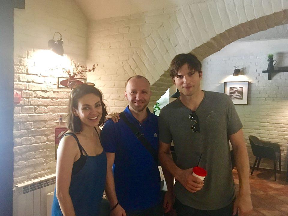 Все понравилось, кроме дорог: Мила Кунис и Эштон Катчер о визите в Черновцы