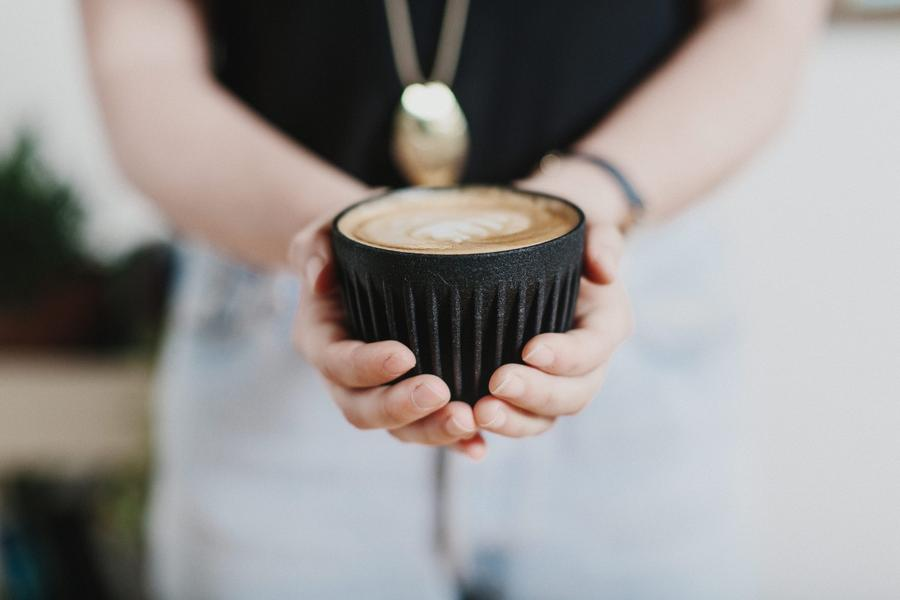 Кофе из кофе-машины в чашке из кофе