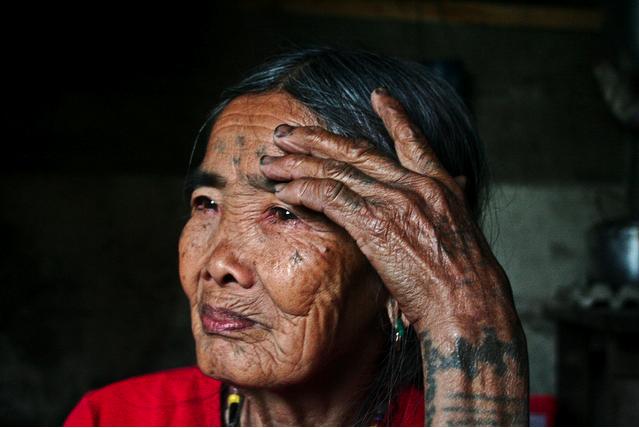 К 100-летней татуировщице на Филиппинах приезжают клиенты со всего мира