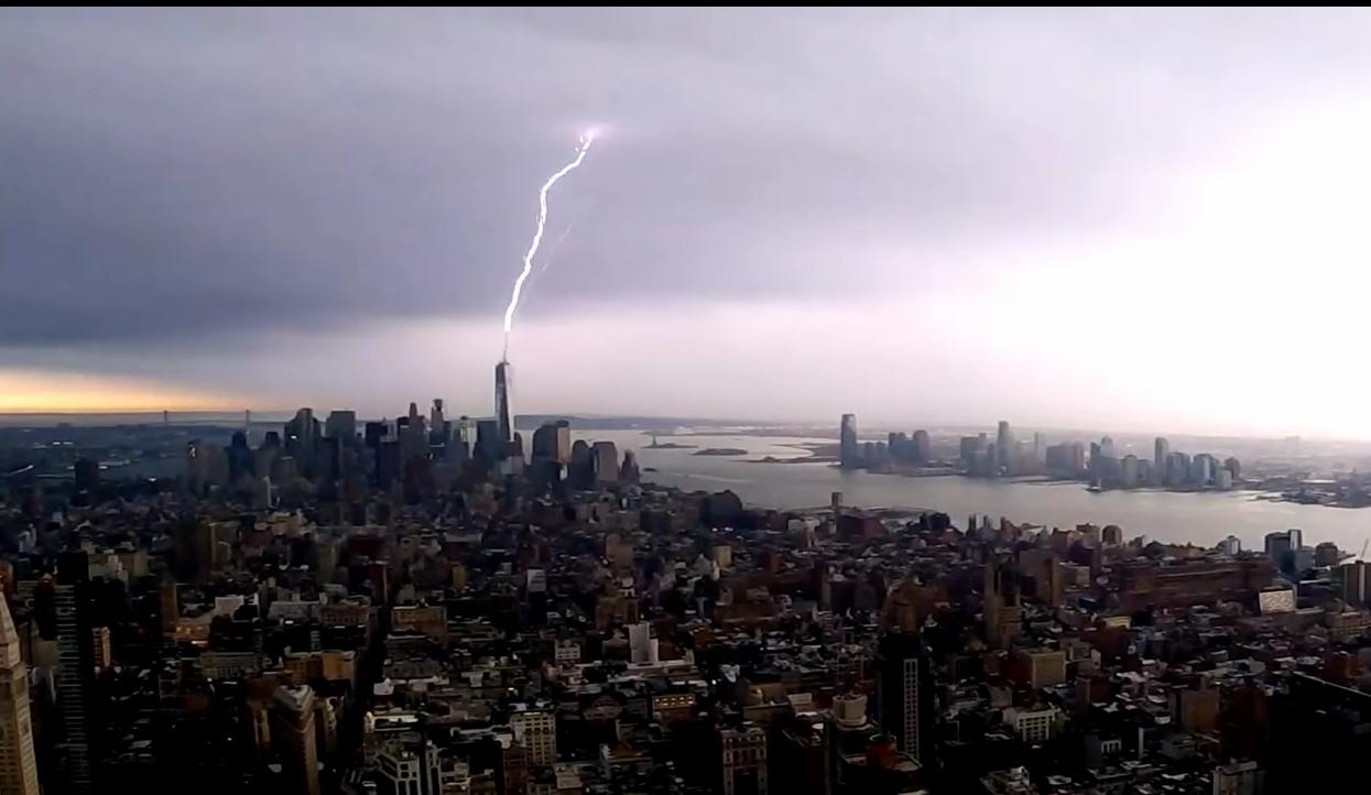 Молния бьет в шпиль Всемирного торгового центра 1 в Нью-Йорке