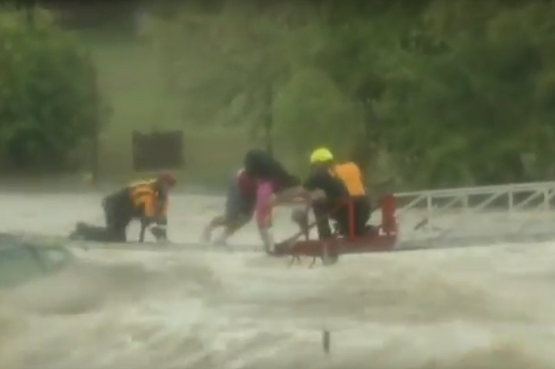 Пожарные спасают водителя грузовика от наводнения в Техасе: видео