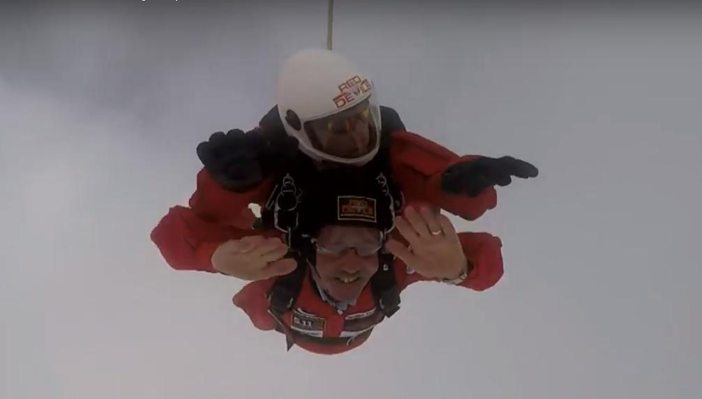 Британский пенсионер совершил свой 100-й прыжок с парашютом.Вокруг Света. Украина