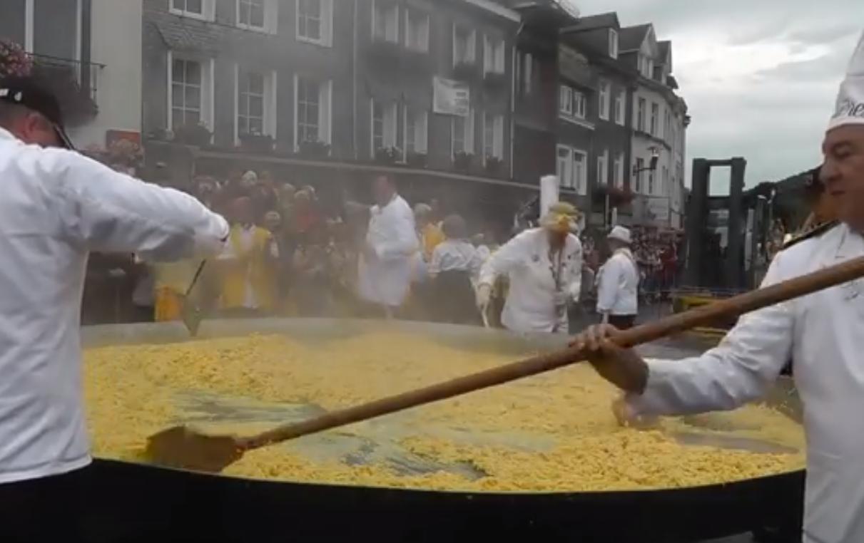 В Бельгии приготовили омлет из 10 тыс. яиц