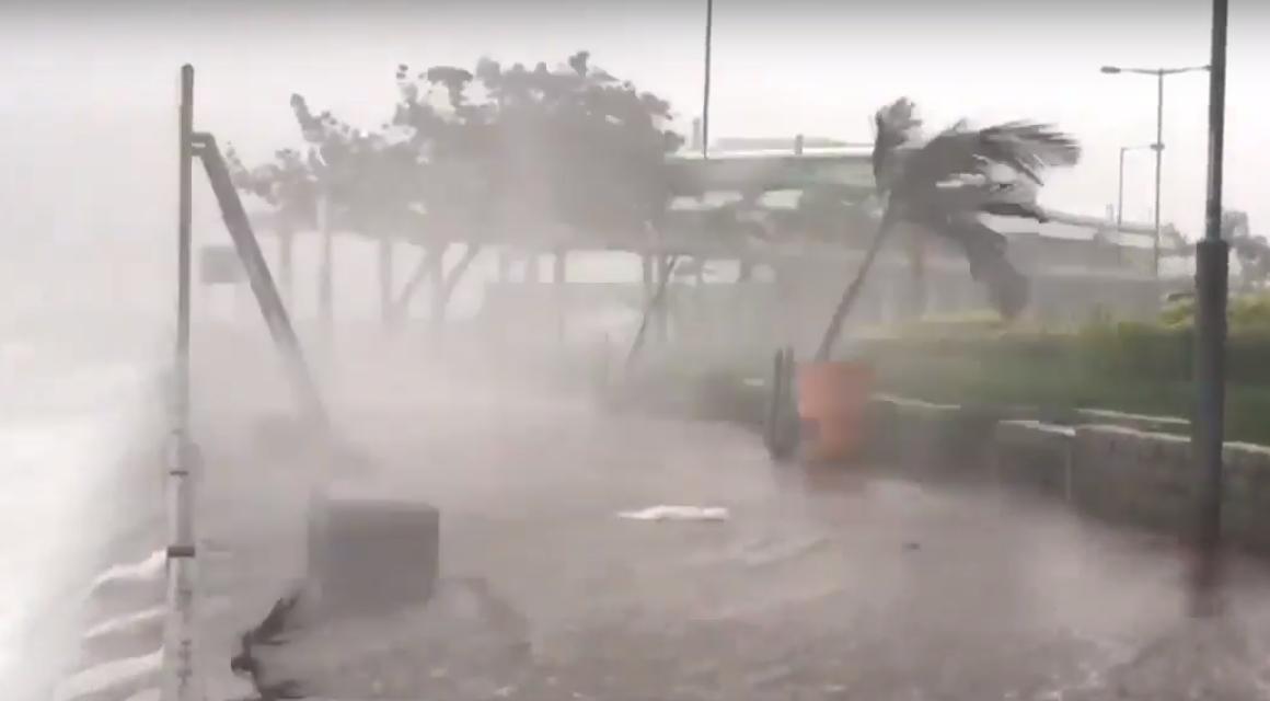 Ураган разрушительной силы обрушился на Гонконг: подборка видео