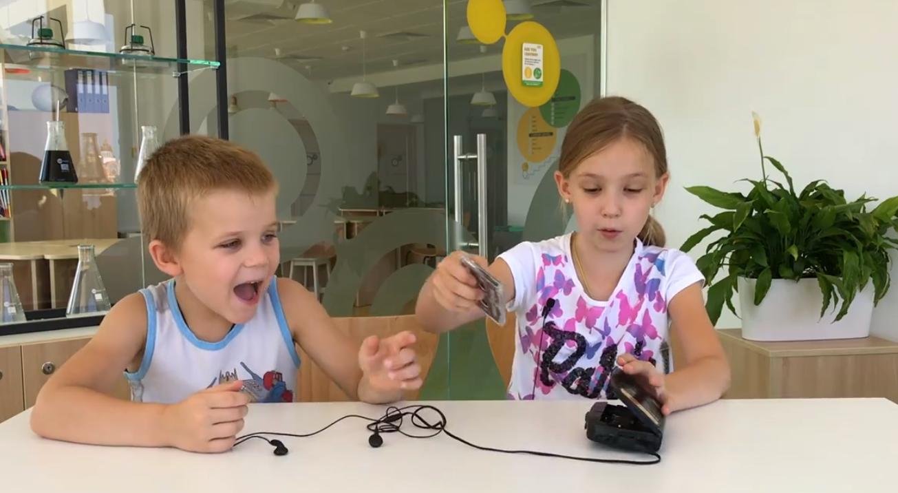 Современные дети тестируют вещи из 90-х