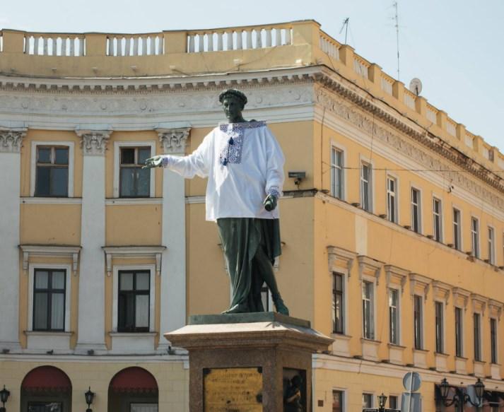 Памятник дюку Ришелье в Одессе нарядили в вышиванку.Вокруг Света. Украина