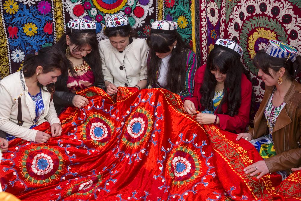 Таджиков обязали носить национальную одежду и не засиживаться на свадьбах