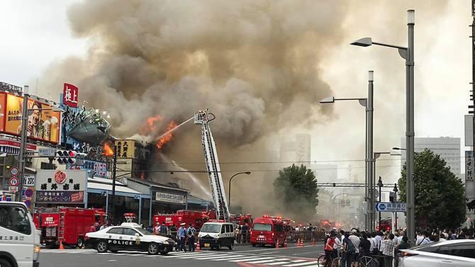 В Токио горит самый большой рыбный рынок в мире