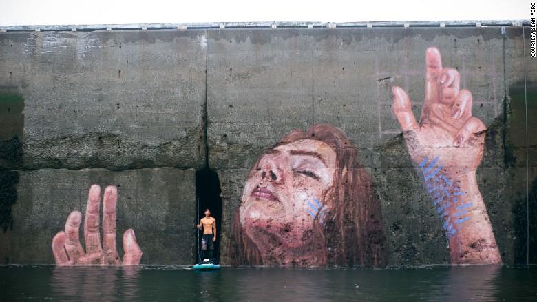 Канадский художник «утопил» девушку в гавани
