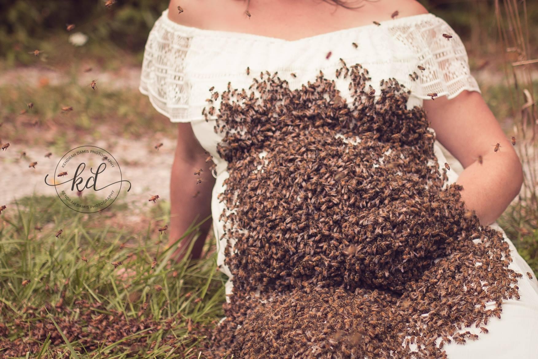 Налетай! Беременная женщина снялась в фотосессии с 20 000 живых пчел на животе.Вокруг Света. Украина
