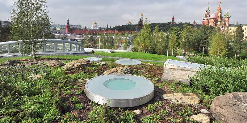 В Москве посетители разворовали и вытоптали новый парк возле Кремля
