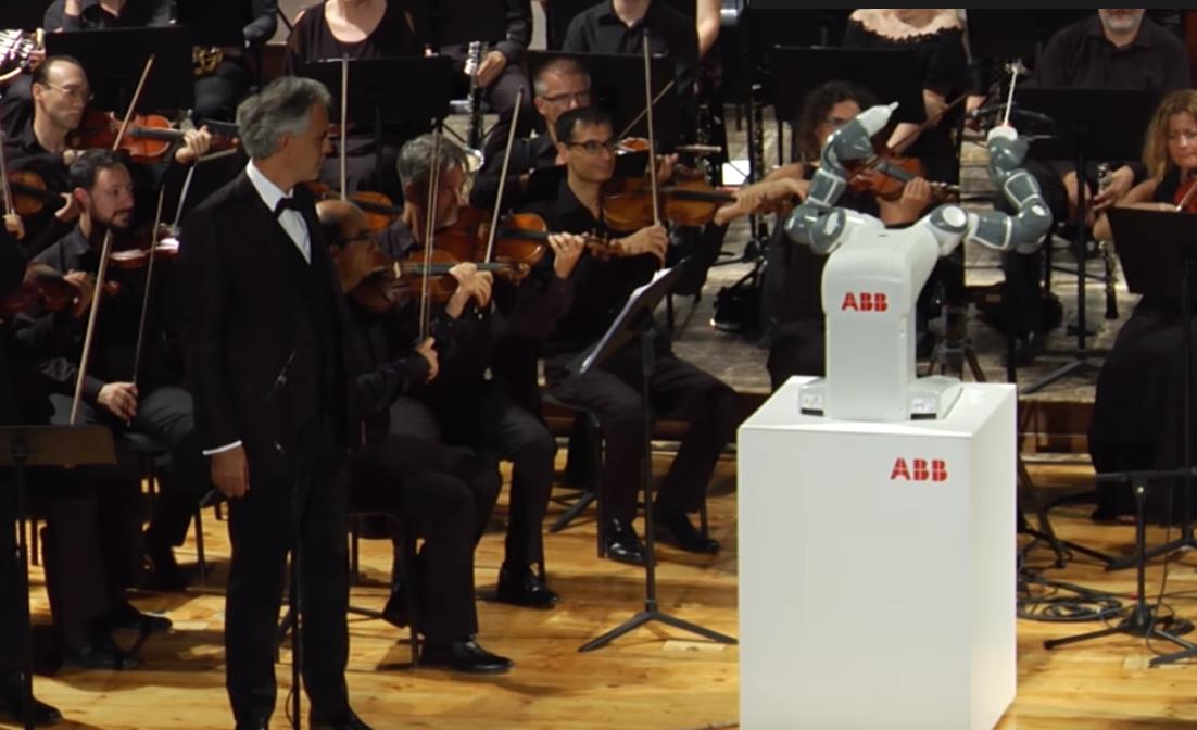 Андреа Бочелли спел под указку робота-дирижера