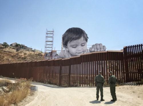 На границе США и Мексики установили гигантский памятник мигрантам